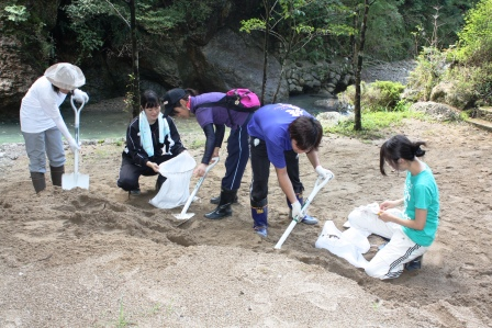 大学生が農作業や森づくりを体験
