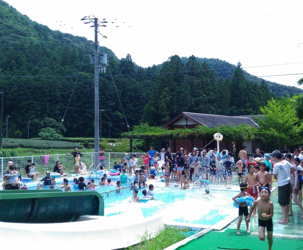 夏の風物詩、プール開きに300人