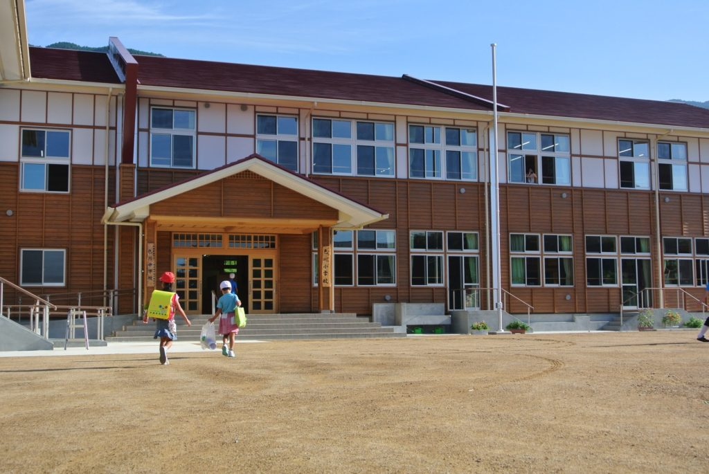 色川小中学校の統合校舎が完成