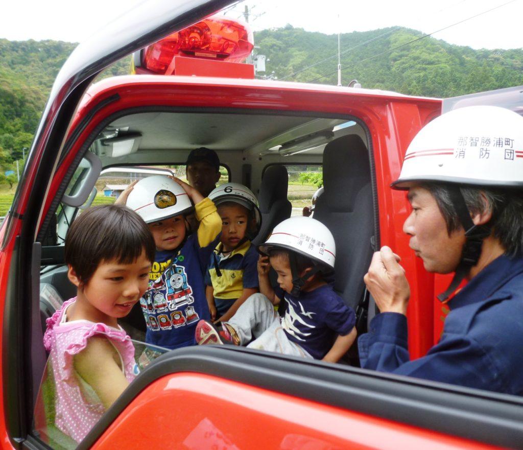 子どもたちが「ミニ消防体験」